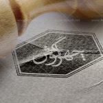 موکاپ لوگو مهر چوبی روی کاغذ تاخورده و شکسته (از نمای نزدیک)