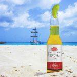 موکاپ برچسب روی بطری شیشهای در ساحل دریا