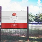 موکاپ تابلوی تبلیغاتی در کنار زمین چمن و پارک