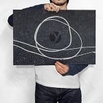 موکاپ پوستر بزرگ افقی در دست مرد