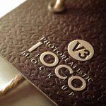 موکاپ لوگو روی اتیکت و تگ لباس - مقوای سوسماری