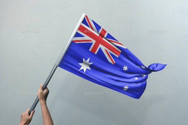 موکاپ پرچم در دست مرد