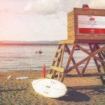موکاپ بنر روی برجک نجاتغریق در ساحل دریا