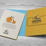 موکاپ دو کارت دعوت و کارت پستال بر روی هم (۴)