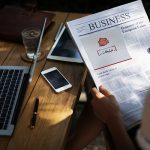 موکاپ تبلیغات در روزنامه در دست مرد