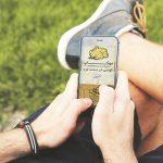 موکاپ گوشی موبایل در دست مرد
